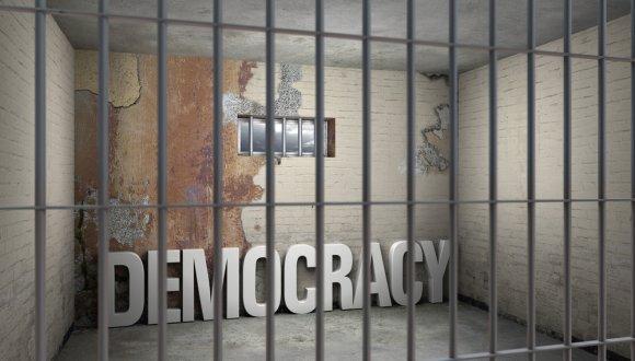 דמוקרטיה במצור
